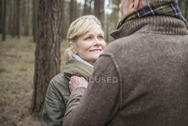 Frau und Mann schauen einander in die Augen — Stockfoto