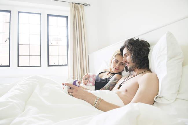Paar Im Bett Liegen Und Geniessen Tee Lachelnd Mannchen Stock