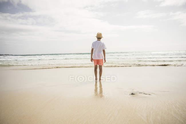 Ragazzo guardando a paesaggio marino vista — Foto stock