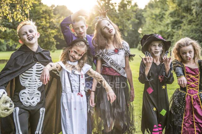 Des enfants posent dans des costumes de zombie — Photo de stock