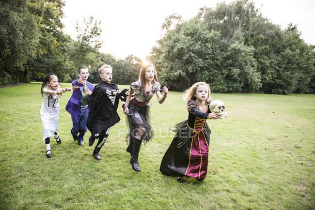 Fille de chase enfants déguisée en zombie — Photo de stock