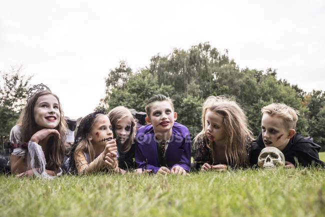 Les enfants étaient vêtus comme des zombies pour Halloween — Photo de stock