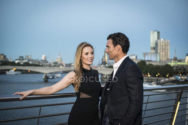 Couple debout sur Millennium Bridge — Photo de stock