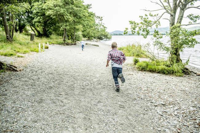 Мальчики играют на берегу — стоковое фото