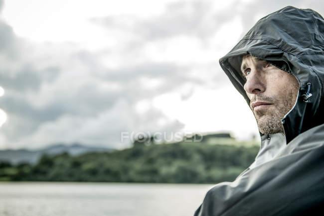 Человек в походной одежде на берегу — стоковое фото