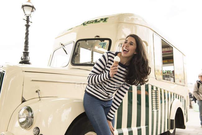 Девушка, стоящая с мороженым — стоковое фото