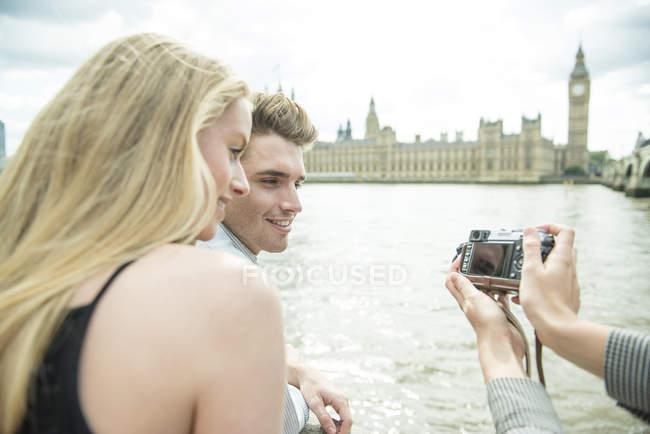 Amigos olhando para fotografias — Fotografia de Stock