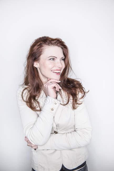 Mulher sorrindo de lado — Fotografia de Stock