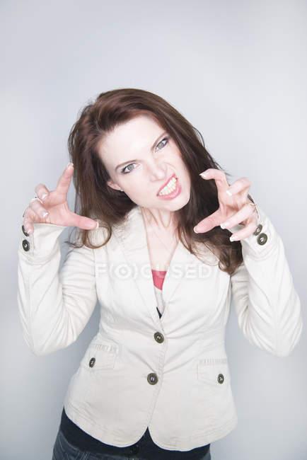 Жінка, показуючи сердитися — стокове фото