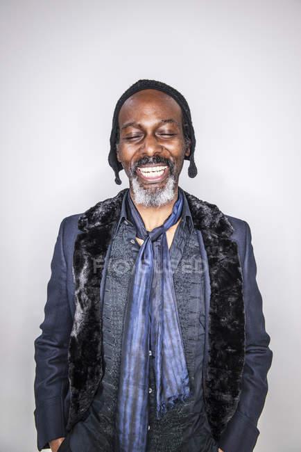 Африканський чоловік, що стоїть із закритими очима — стокове фото