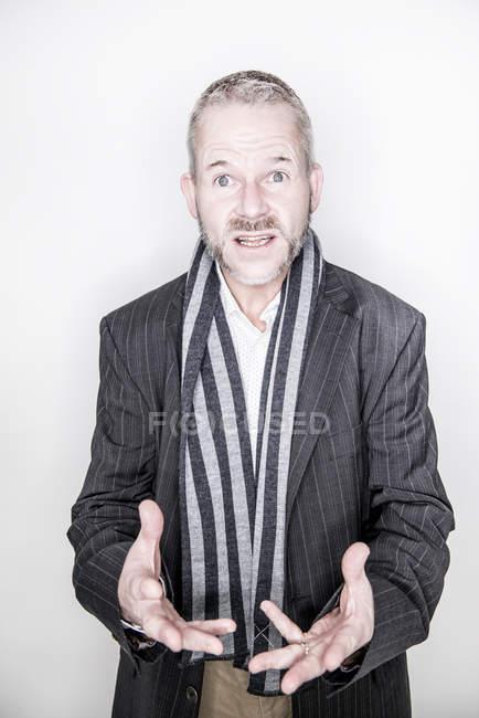 Hombre exasperado hablando a la cámara - foto de stock
