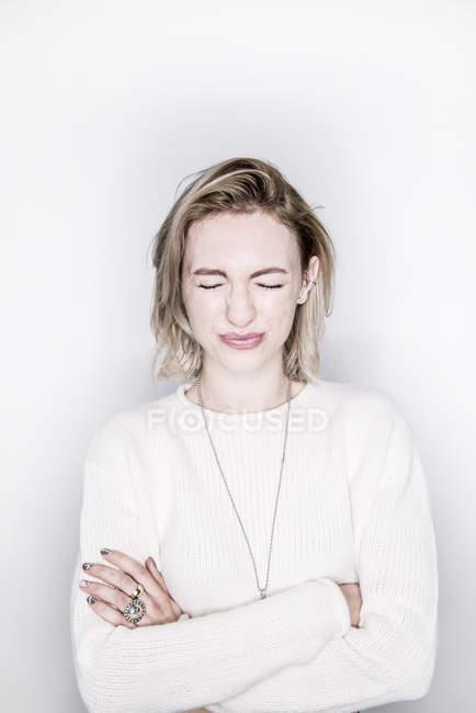 Жінка, стоячи із закритими очима — стокове фото