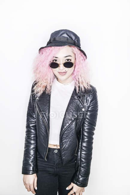 Frau mit rosa Haaren, Blick in die Kamera — Stockfoto