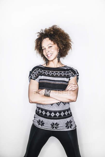 Mujer mestiza sonrisa en cámara - foto de stock