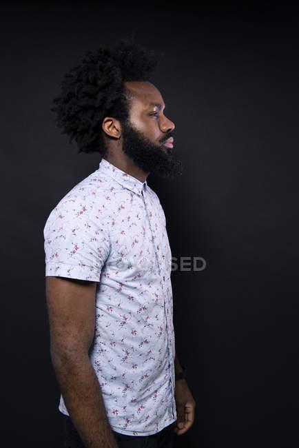 Homme africain debout de profil — Photo de stock