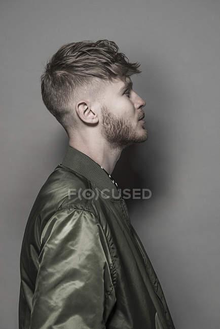 Uomo barbuto in piedi di profilo — Foto stock