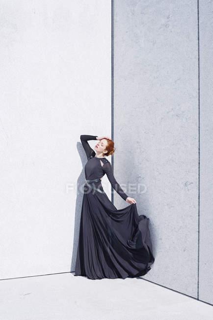 Жінка в чорному сукню мармурові стіни — стокове фото