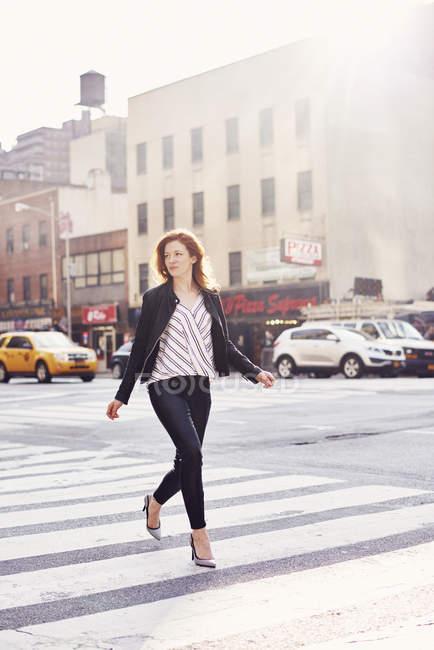 Donna a piedi lungo la strada di New York — Foto stock