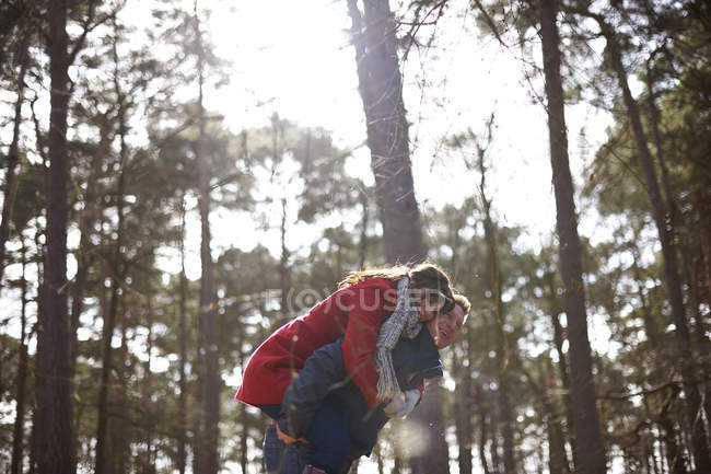 Coppie che imbrogliano nella foresta — Foto stock