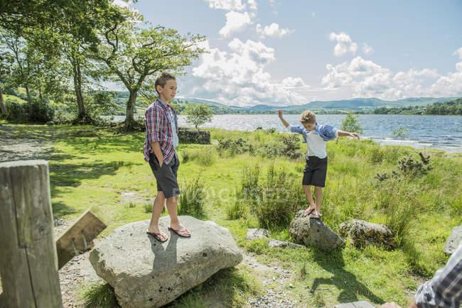 Два мальчика, играть на скалах — стоковое фото