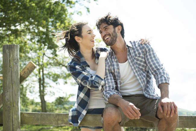 Мужчина и женщина с удовольствием общаются — стоковое фото