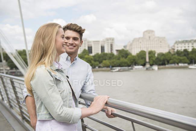 Пара стояв на міст Міленіум — стокове фото