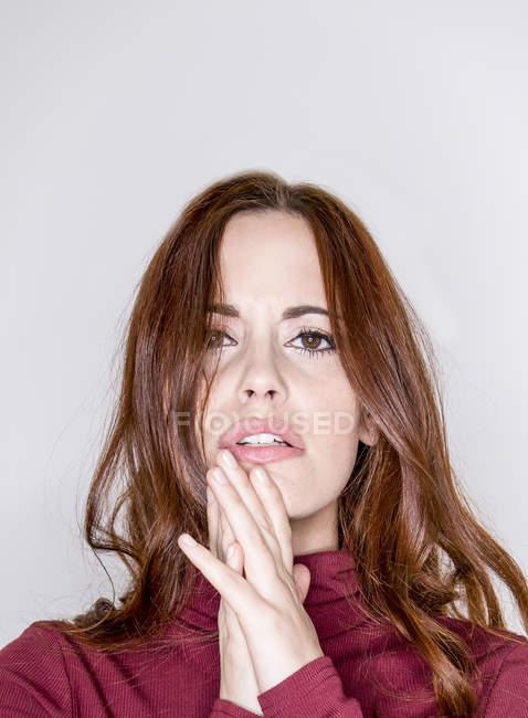 Молода жінка позує в студії — стокове фото