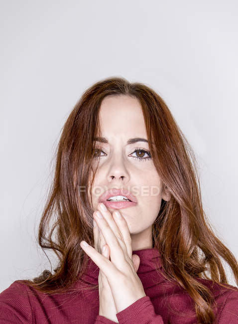 Jeune femme qui pose en studio — Photo de stock