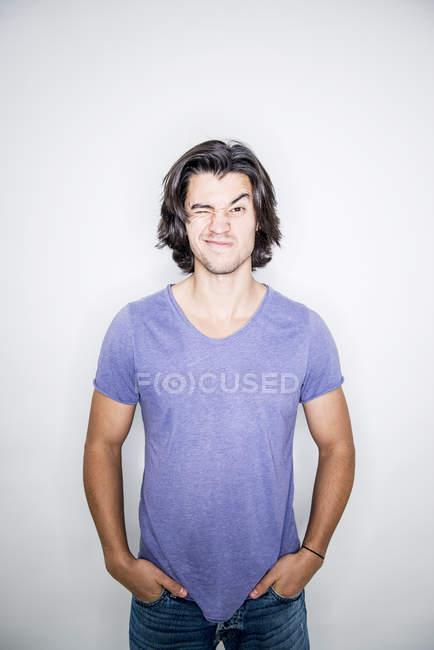 Junger Mann posiert im studio — Stockfoto