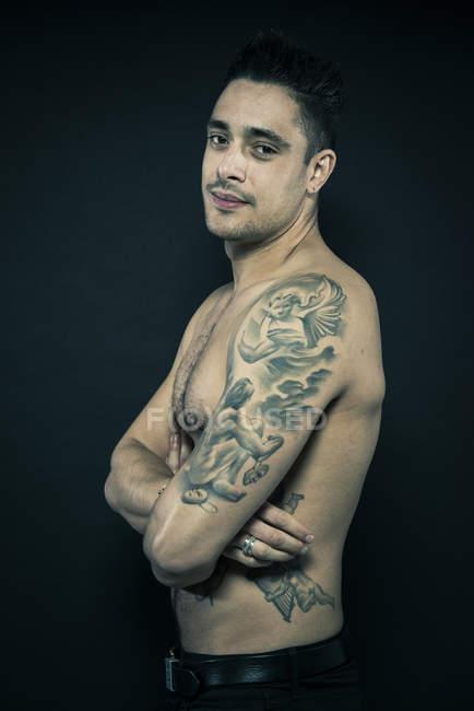Tätowierte Mann posiert mit verschränkten Armen — Stockfoto