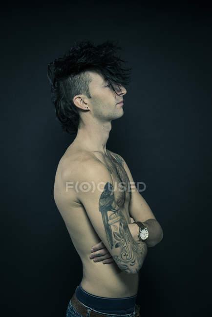 Tätowierte Mann mit ungewöhnlichen Frisur — Stockfoto