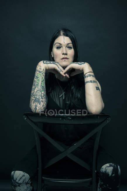 Portrait de femme avec bras tatoués et visage — Photo de stock