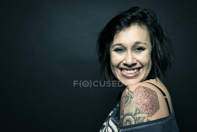 Porträt der Frau mit Tattoo auf Schulter — Stockfoto