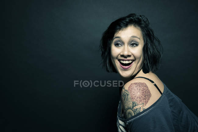 Портрет жінка з татуюванням на плечі — стокове фото