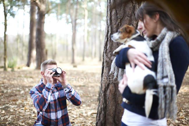 Homem tirando foto de mulher — Fotografia de Stock