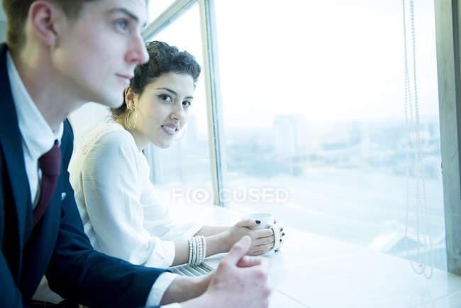 Kollegen stehen am Fenster — Stockfoto