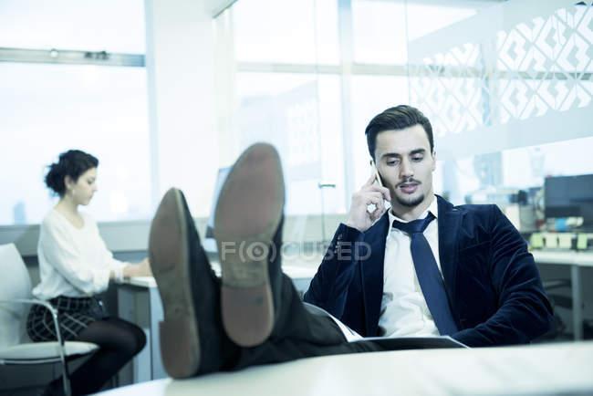 Homme d'affaires parlant sur Smartphone — Photo de stock