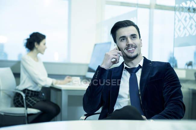 Uomo d'affari che parla su smartphone — Foto stock