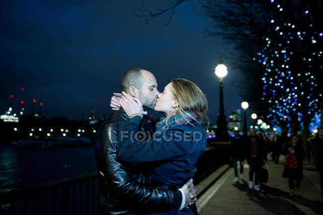 Пара целуется вдоль Южного берега — стоковое фото