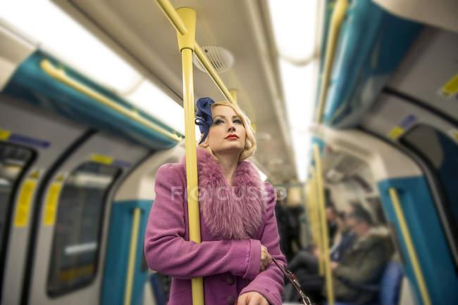 Жінка подорожуючих на трубі поїзд — стокове фото