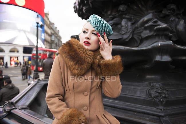 Mujer de pie junto a la estatua de Eros - foto de stock