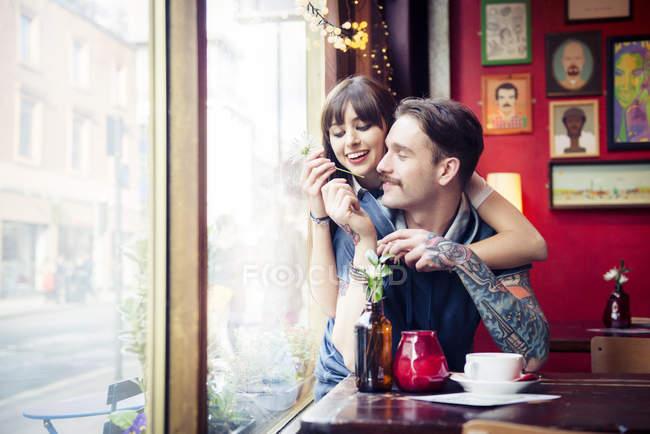 Paar genießt das Miteinander — Stockfoto