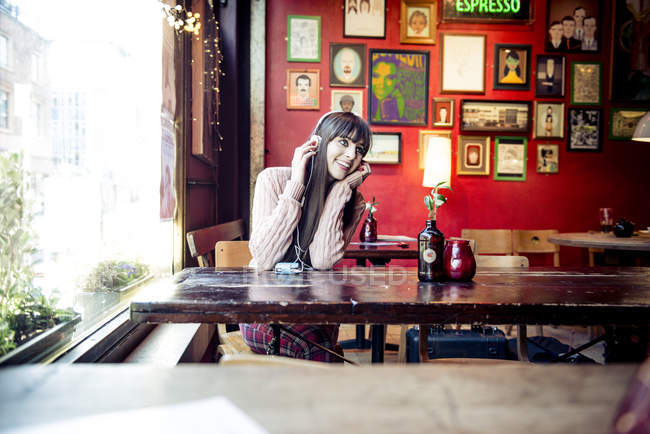 Woman sitting in coffee shop — Stock Photo