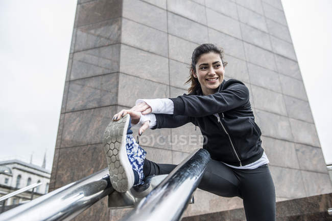 Femme d'assouplissement avant de faire du jogging — Photo de stock