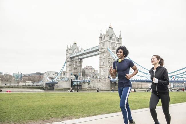 Giovane coppia jogging insieme — Foto stock