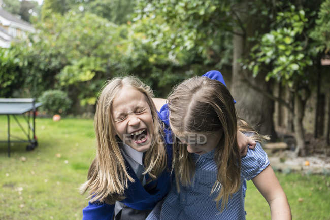 Девушки смеются вместе снаружи — стоковое фото