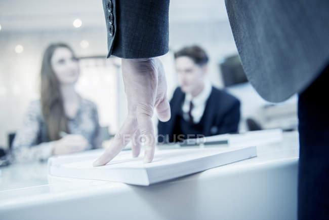 Berufstätige sitzen im Büro — Stockfoto