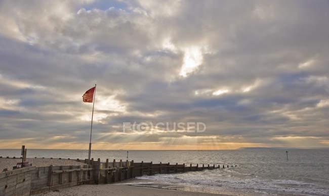 Scena di tramonto con raggi di sole sopra il mare liscio — Foto stock