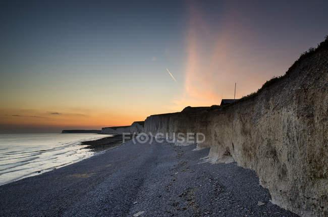 Каменистый пляж в susnet с длительной экспозиции — стоковое фото