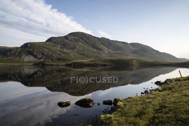 Paisagem rural e as montanhas na luz da manhã — Fotografia de Stock